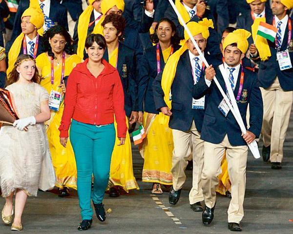 Женщина в красном Индия церемония открытия