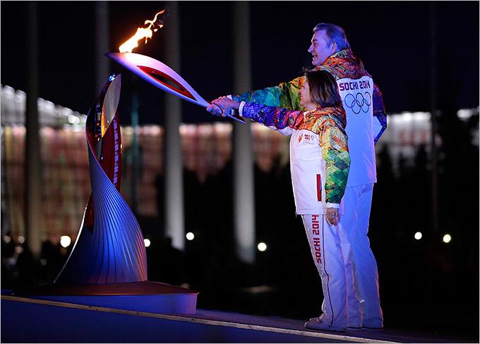 Ирина Роднина и Владислав Третьяк олимпийский огонь